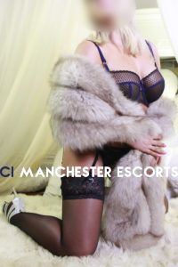 Diana kneeling down wearing black lingerie and a fur stole